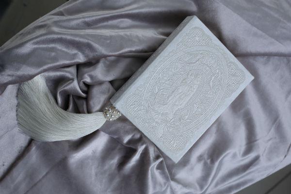 Свадебный Клатч-книгу из бархата с жемчугом для Рапунцель выполнил бренд Central Library. Внутри него написано тайное послание будущему мужу.