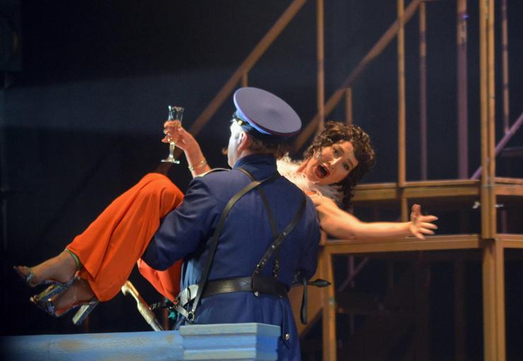 Звезда исполнила роль певицы кабаре Беллы Шанталь.