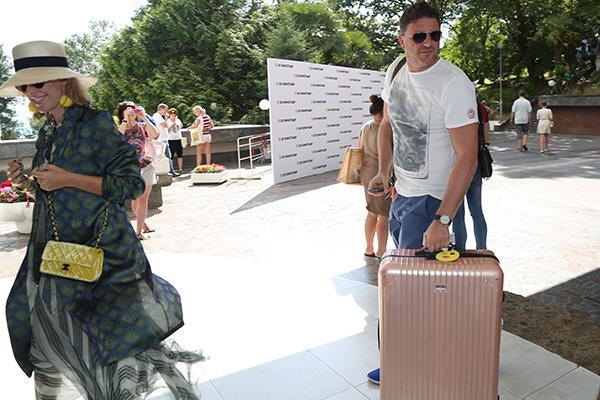 Супруг не разрешает Ксении Собчак носить тяжелые чемоданы. Все сам!