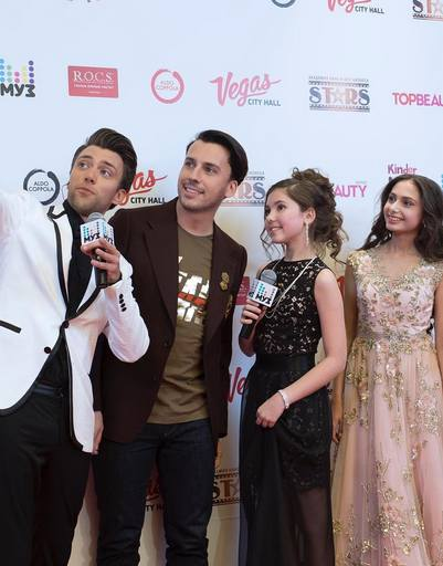 Максим Галкин фотографируется с другими участниками церемонии и ведущим