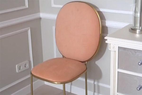 Цвет обивки стульев – лосось