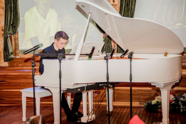 Для гостей молодой человек подготовил концертный номер