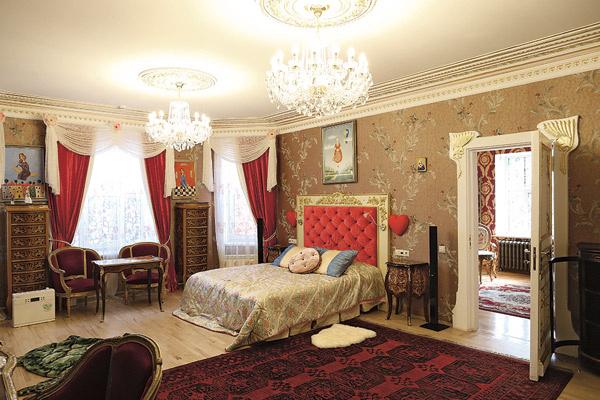 Чтобы обустроить новое жилище, хозяин скупил чуть ли не пол-Европы: картины, статуэтки, мебель, фарфор