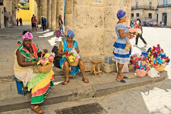 Темнокожие кубинки в ярких нарядах на Кафедральной площади Гаваны
