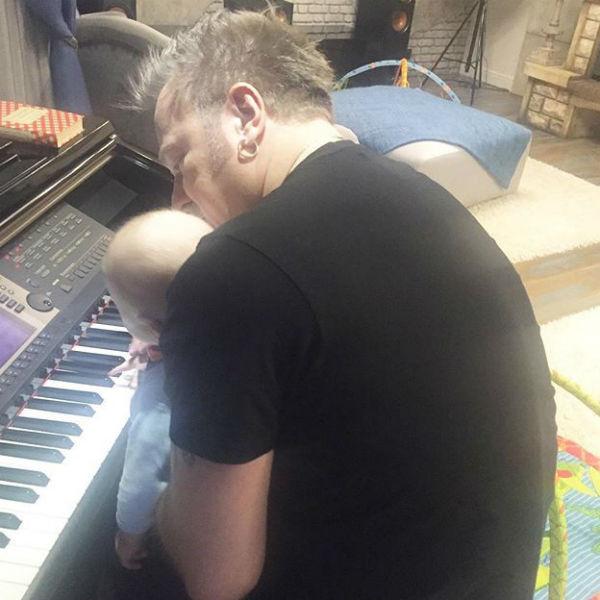 Владимир Пресняков занимается с сыном музыкой