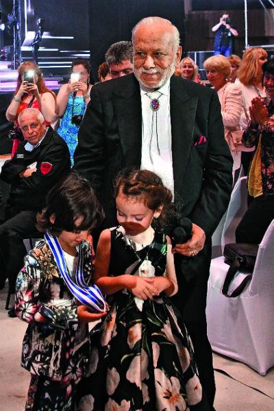 Дети заинтересованно разглядывали награду