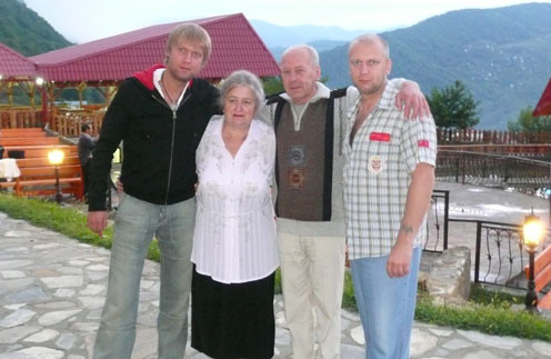 Сергей с родителями Галиной Григорьевной и Юрием Венедиктовичем и братом Дмитрием, который старше на 7 лет