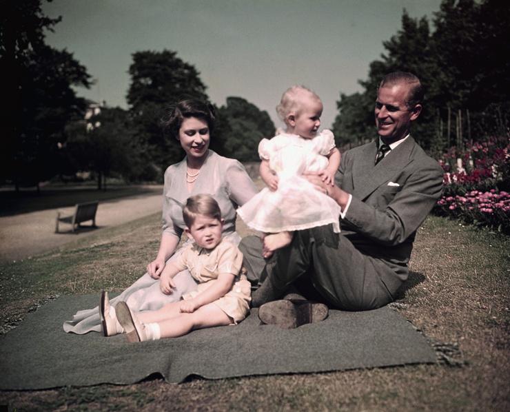 Королева с мужем и старшими детьми