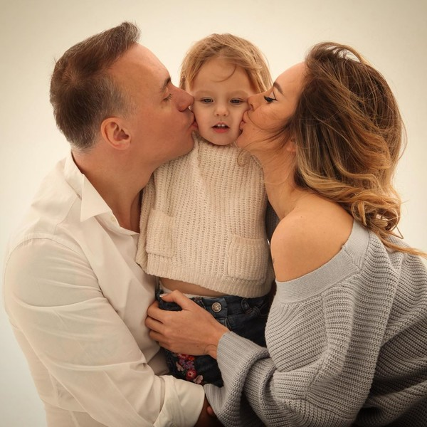 Анастасия Лисова с дочерью и мужем