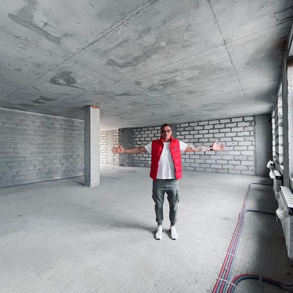 Пока же в квартире Курбана лишь голые стены