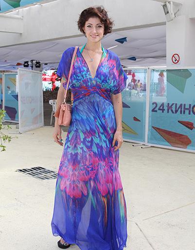 Анастасия Макеева радовала глаз в ярких нарядах
