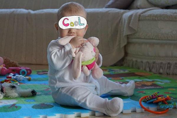 Умилительная Саша жует любимую игрушку