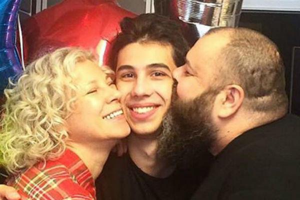 Артист редко публикует фотографии жены и сына