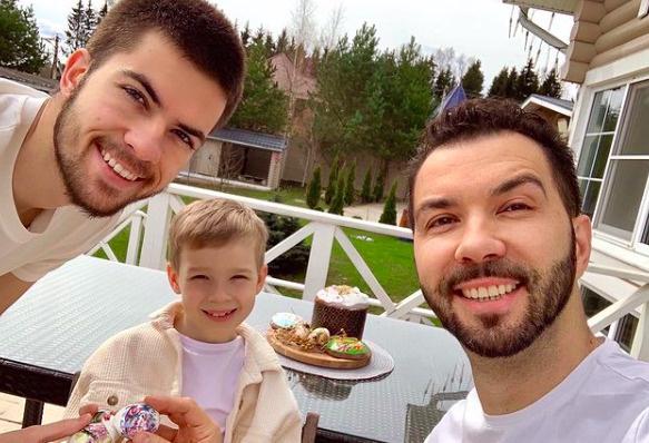 Денис Клявер встретил светлый день с сыновьями