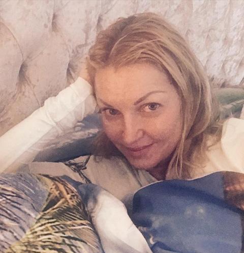 Анастасия Волочкова гуляет в мороз без белья