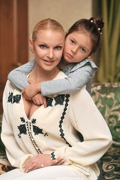 Настя больше всего переживает за безопасность и спокойствие дочки АришиНастя больше всего переживает за безопасность и спокойствие дочки Ариши