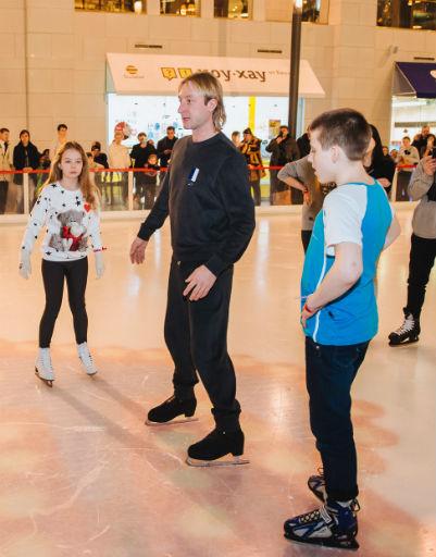 Евгений Плющенко учит ребят кататься на коньках