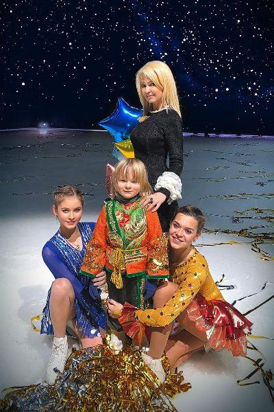 Яна Рудковская с сыном Сашей, Юлией Липницкой и Аделиной Сотниковой