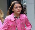 С сумкой в стиле Chanel и красной помадой на губах: 12-летняя дочь Тома Круза прогулялась одна по Нью-Йорку