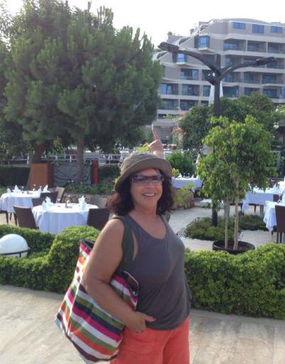Надежда Георгиевна демонстрирует отель, где жила во время отдыха