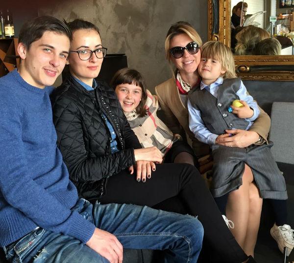 Старший сын певицы Артем вместе с женой Алиной, дочка Лики Стар Аллегра и сын Марк