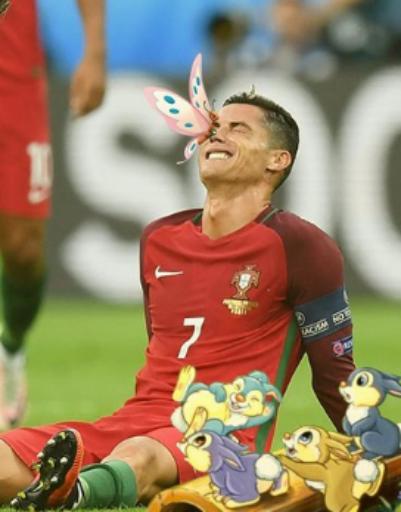 Сказочные герои окружили футболиста