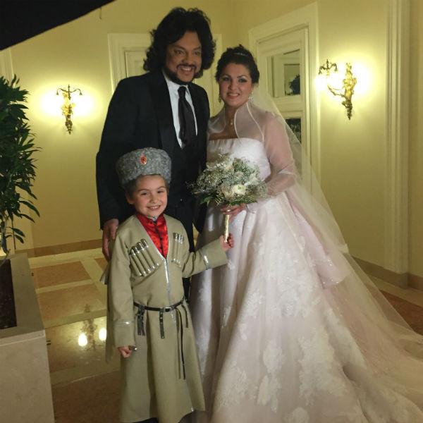 Счастливая невеста со свидетелем Филиппом Киркоровым и сыном Тьяго