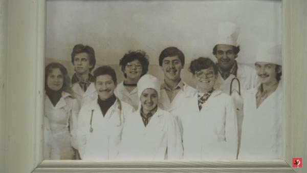 Звезда училась вместе с коллегой-соведущим Германом Гандельманом (второй слева)