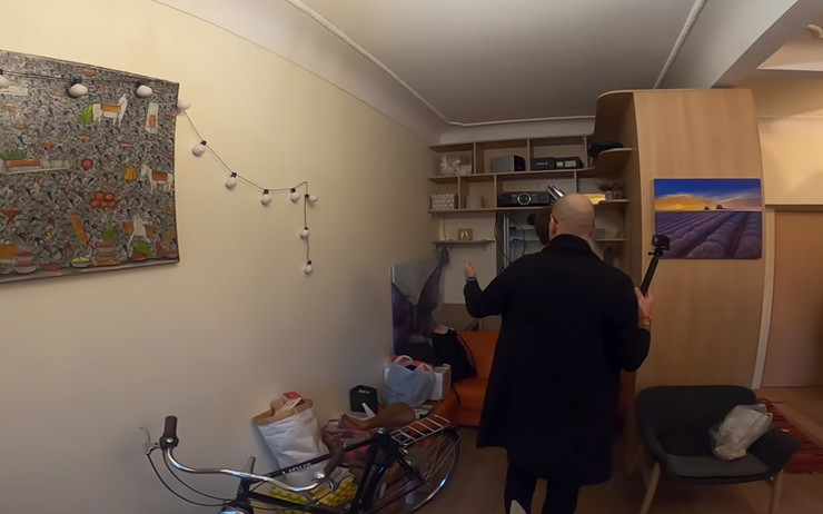Комната разделена шкафом