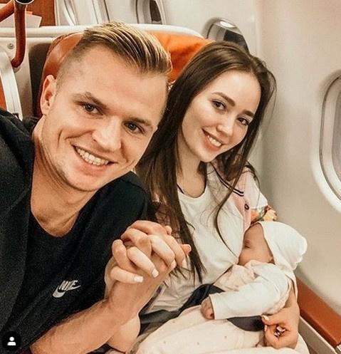 Дмитрий Тарасов и Анастасия Костенко с ребенком