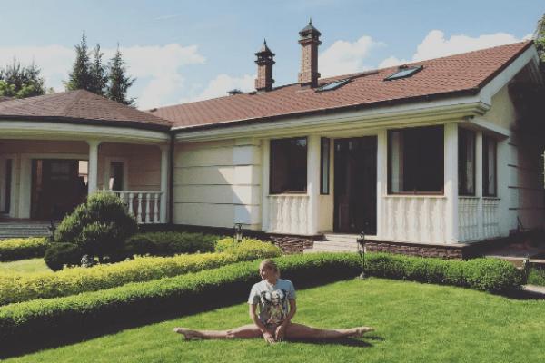 Анастасия Волочкова демонстрирует шпагат на лужайке около дома