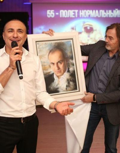 Никас Сафронов подарил картину