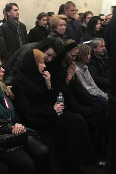 Близкие на похоронах Кирилла Толмацкого