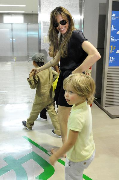 Анджелина всегда потокала всем капризам детей