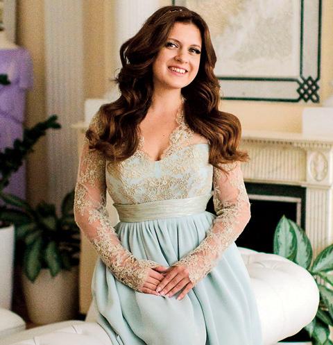 Настя обсуждает фасон свадебного платья с друзьями-дизайнерами