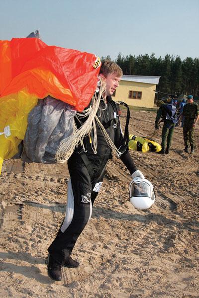 Пельш занимается прыжками с парашютом. На его счету их свыше 300, 2008 год