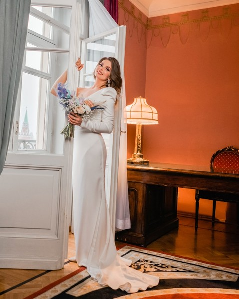 Невеста выбрала платье с одним рукавом