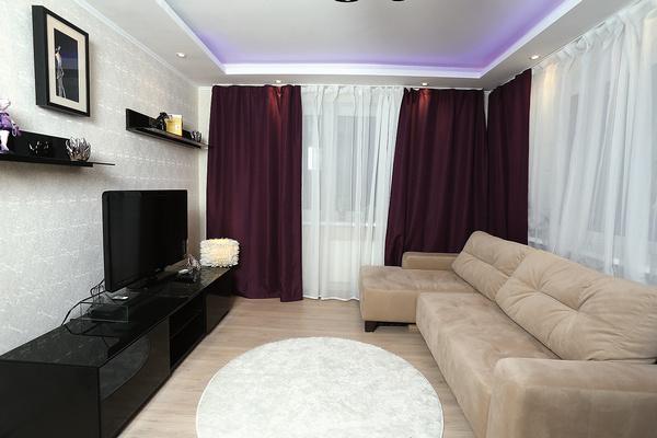 Хозяев радуют угловые окна в большой комнате, благодаря им помещение легко проветрить