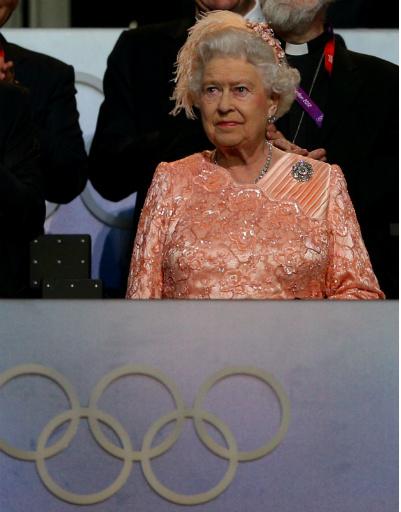 Но все-таки это была каскадерша в костюме королевы, так как сама Елизавета, живая и невредимая, в момент полета парашютистки появилась в королевской ложе стадиона