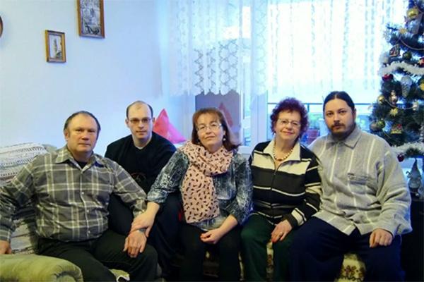 Иеромонах Фотий в окружении близких - родителей, бабушки и брата