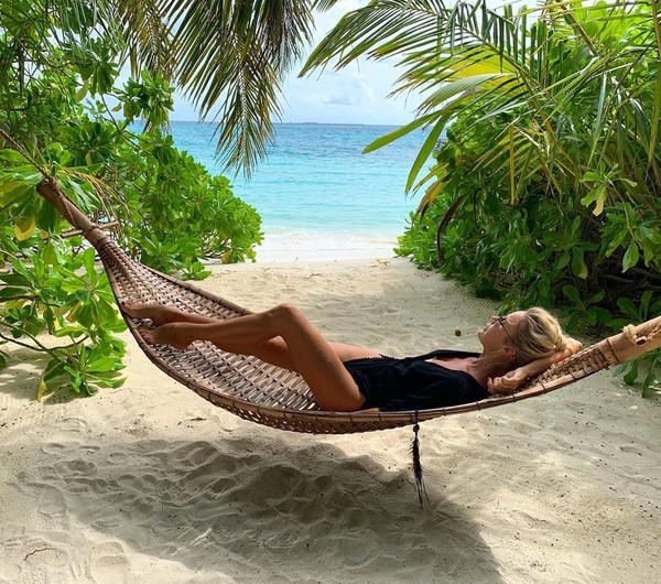 Лена Летучая расслабляется на пляже на Мальдивах