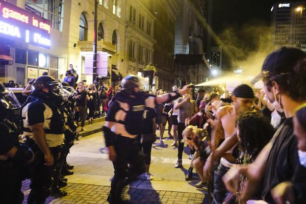Полицейские уже применяли слезоточивый газ, чтобы успокоить толпу