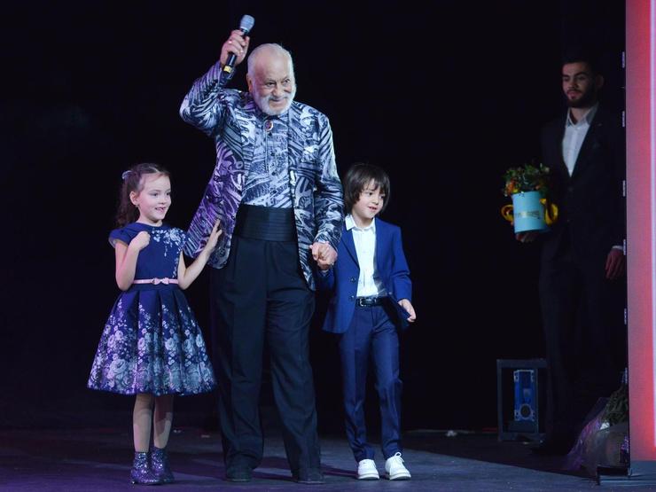 Бедрос Филиппович много времени проводит с внуками