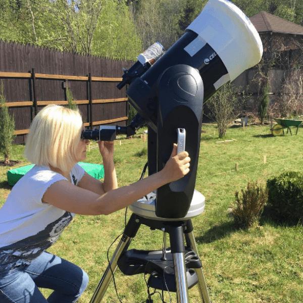 Василиса изучает звезды через микроскоп