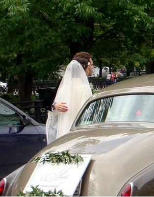 Алина Алексеева и Константин Крюков выходят из автомобиля к встречающим их гостям