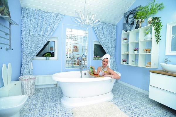 Для артистки важно, чтобы каждый член семьи имел отдельную ванную комнату. Поэтому их четыре