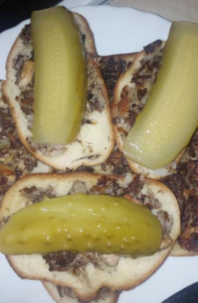 Бюджетные бутерброды по рецепту Юлии — состоят из батона, лука, сайры, соленого огурца, яйца