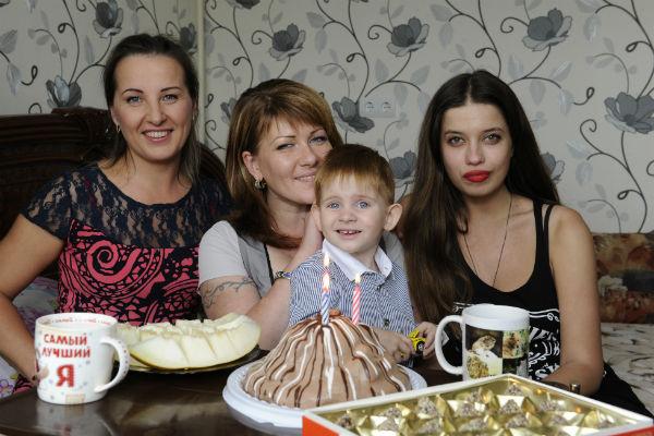 День рождения Жени 6 сентября 2014 года. На фото: няня Ира, Вика с Женей и обозреватель «СтарХита» Ольга Родина