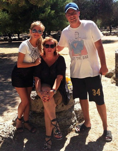 На отдыхе Кристина познакомилась с родственниками Харламова. На фото актриса вместе с возлюбленным и его мамой Натальей Игоревной