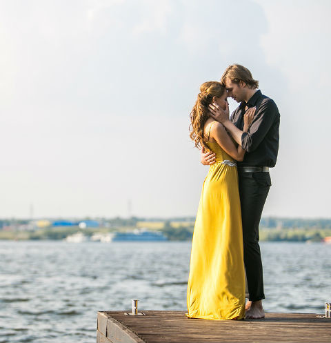 Анна Калашникова обнималась с молодым человеком под свою песню «Две планеты»